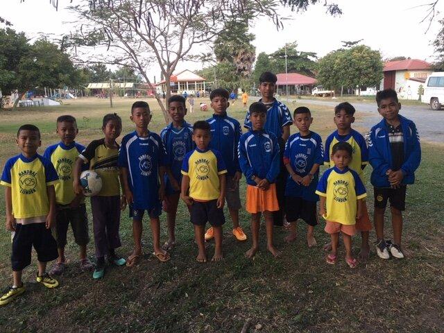 Pakken, shirts en ballen naar Cambodja